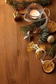 전나무와 골드 크리스마스 장식