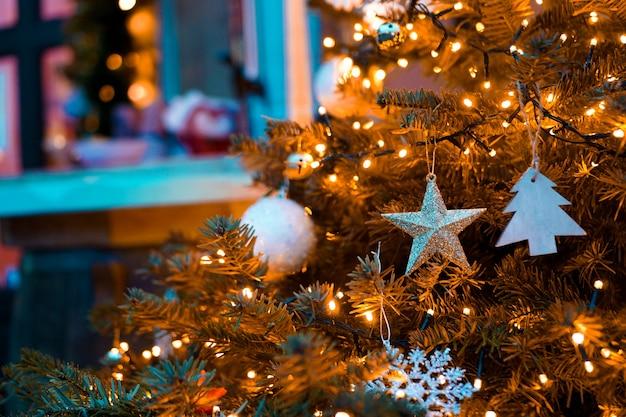 Золотая елка с игрушками - фон расфокусированных огней