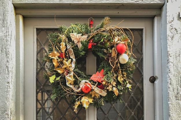 회색 문에 골드 크리스마스 화환