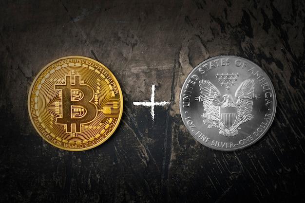 Золотая монета биткойн и серебряный доллар со знаком плюс. темный фон