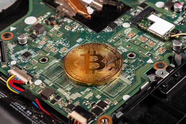 Золотая монета биткойн, концепция добычи криптовалюты крупным планом.