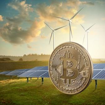 空とソーラーパネルに対する緑のフィールド上の金貨ビットコイン。エコクリプトとico、マイニングコンセプト。