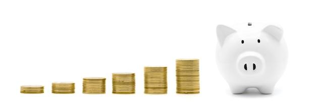 Стек золотых монет и копилка, изолированные на белом фоне с концепцией роста бизнес-финансов