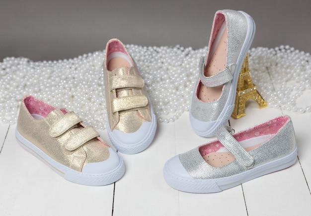 ゴールドカラーの女の子の靴