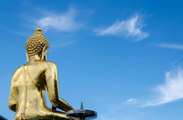 푸른 하늘에 태국 사원에서 골드 컬러 동상