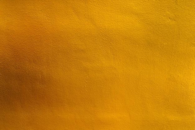 Золотой цвет, желтая цветная старая гранж-стена бетонная текстура как фон.