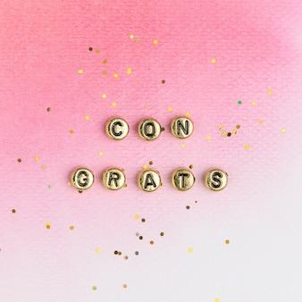 Congratulazioni oro perline tipografia di testo su rosa
