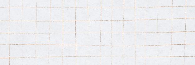 Griglia distorta dorata su carta da parati bianca