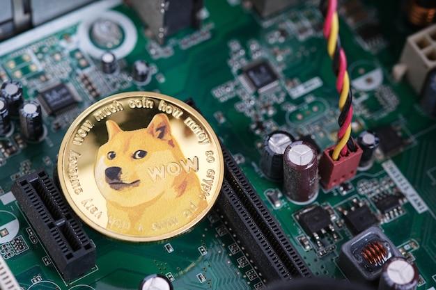 골드 dogecoin 암호 화폐 동전과 컴퓨터 내부 배경