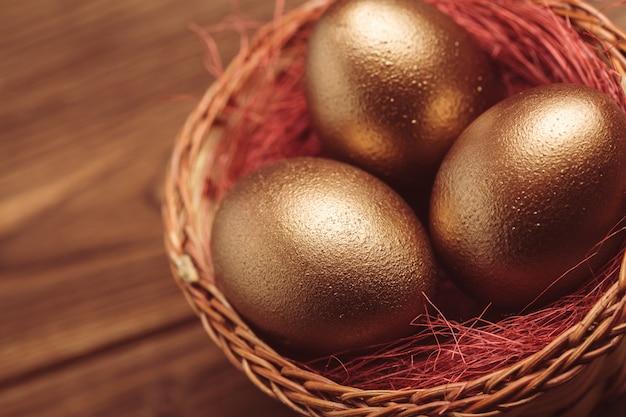 木製のテーブルに金の卵