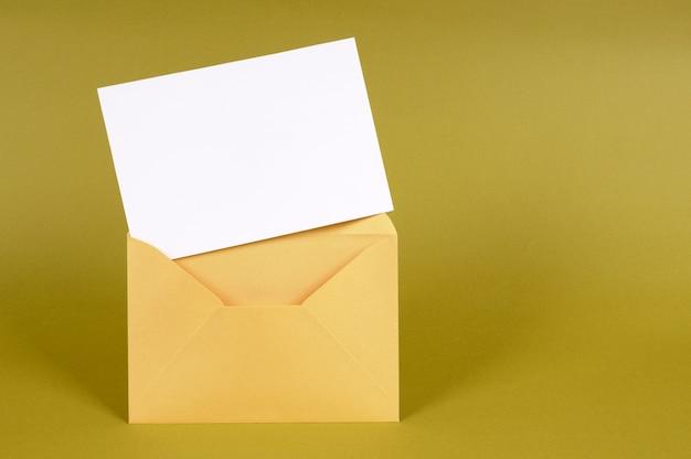 Золотой конверт с пустой карточкой сообщения