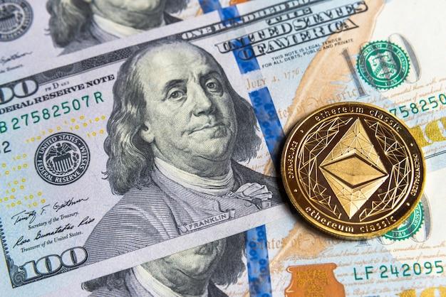 Криптовалюта gold ethereum на доллары сша. крупный план цифровой криптовалюты. обмен, бизнес, торговля. прибыль от майнинга криптовалюты. майнер с долларами и золотой монетой эфириума. Premium Фотографии