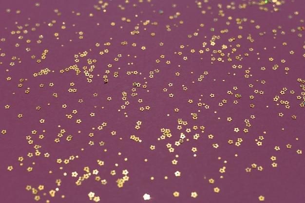 Золотой блеск звезд на фиолетовом фоне