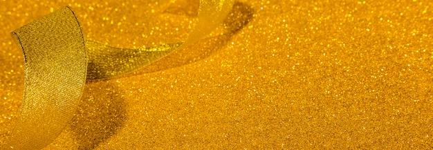 Золотая блестящая лента с копией пространства