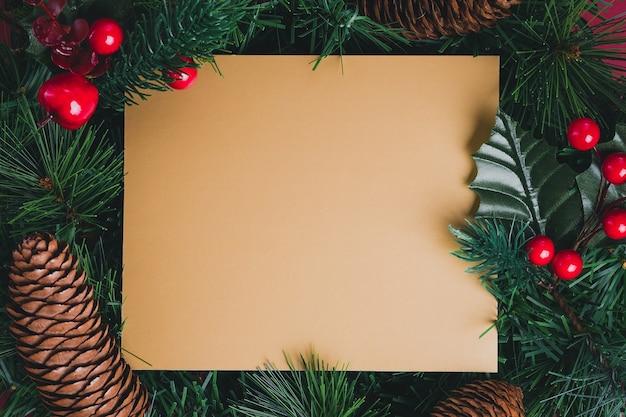 ゴールドグリーティングカードグリーンパインクリスマスリース、パインコーン、チェリーデコレーション