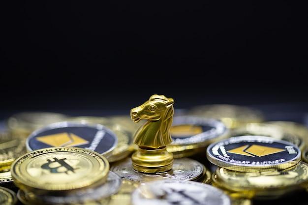 Золотая лошадь на криптовалюте - это удобный платеж на экономичном рынке, современный способ обмена в ближайшем будущем для концепции финансовой инвестиционной торговли на фоне шахматной доски.