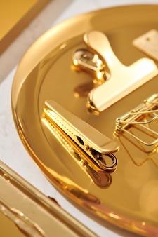 Золотые предметы плоские лежали аксессуары на столе