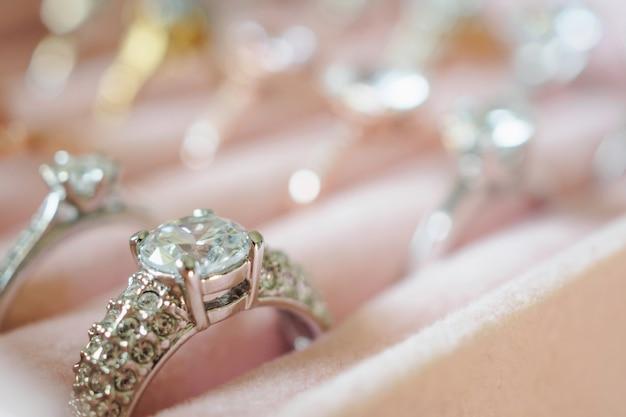 Золотые украшения кольца с бриллиантами в коробке