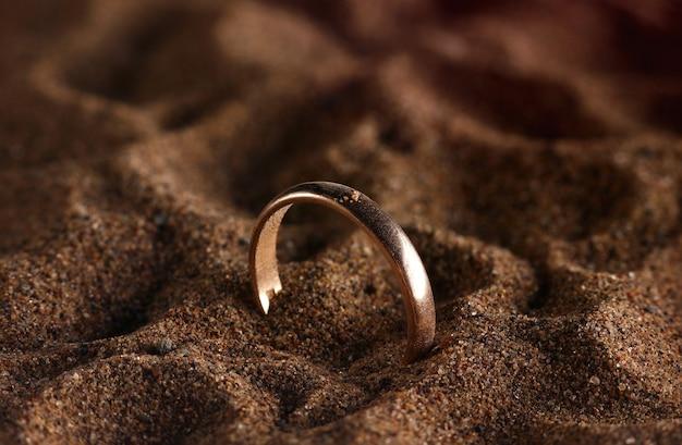 Золотые украшения, потерянные на песчаном пляже