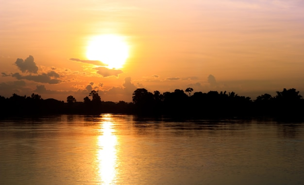 태양에 금 빛 강에 빛으로 설정합니다.