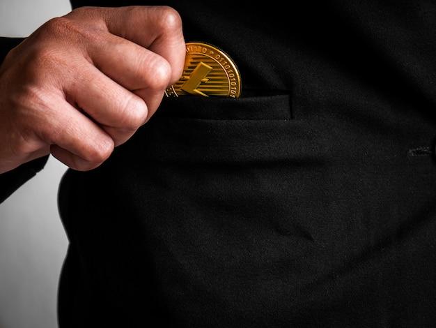 ゴールドのライトコインが黒いスーツに入れられました。