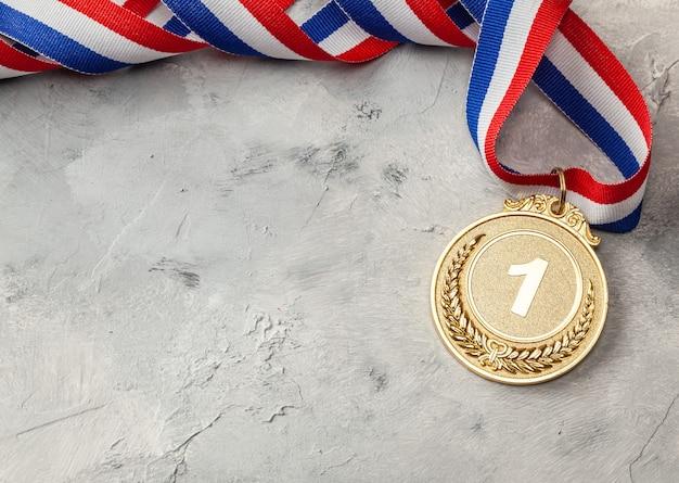 금메달. 리본으로 1 등 수상.