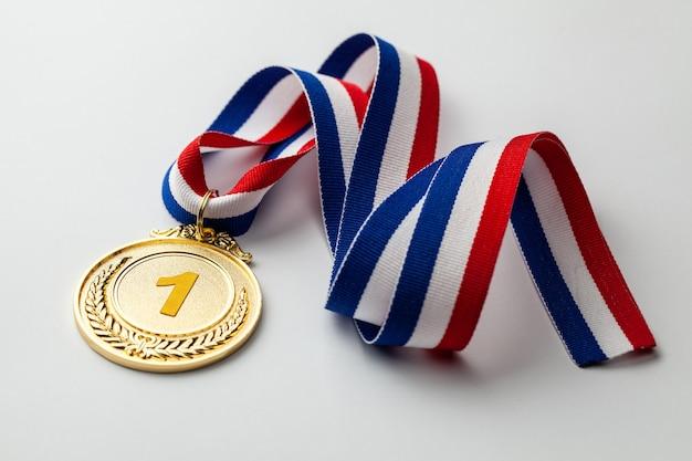 Золотая медаль. награждение за первое место лентой.