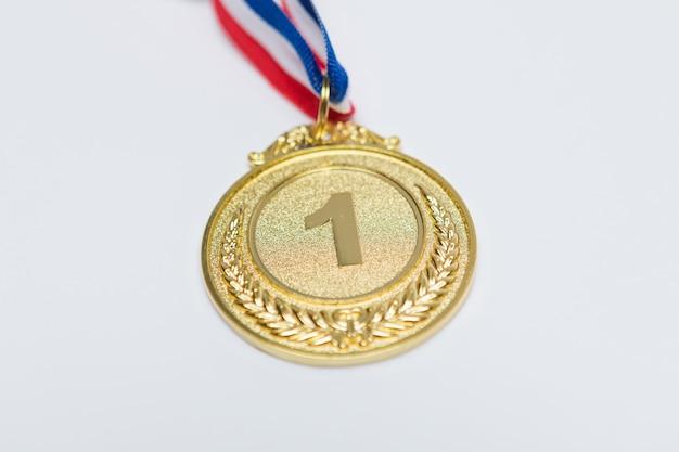 Золотая медаль спортивных достижений для первого классифицированного, на белом фоне. концепция спорта и олимпийских игр