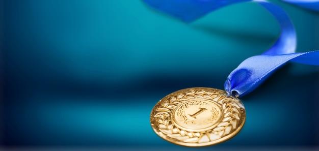 Золотая медаль с лентой на фоне