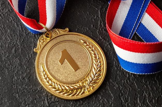 Золотая медаль с лентами приз за первое место в конкурсе приз чемпиону
