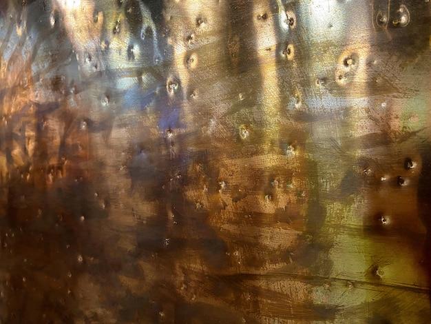 금색 금속 질감은 복사 공간에 대한 녹슨 금속 질감 배경 추상적인 배경을 닳게 했습니다.