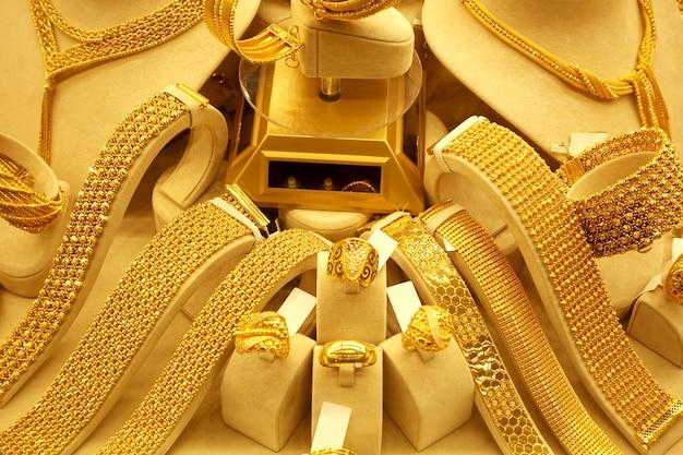 Золотые ожерелья и кольца на подставках