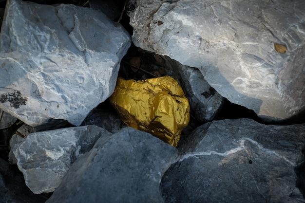 金塊と灰色の花崗岩の石の背景