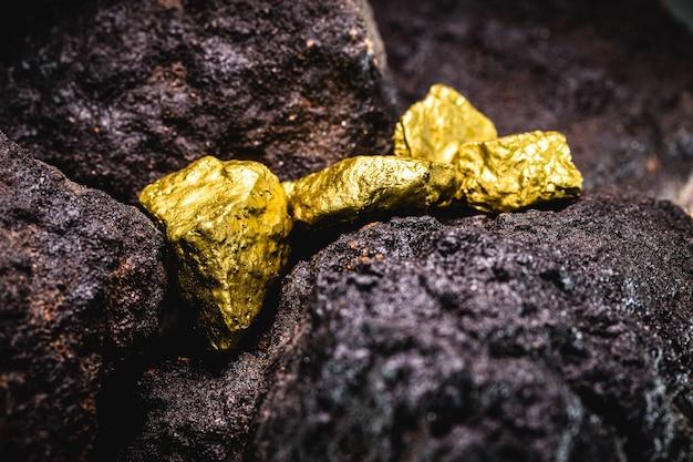 鉱山の金塊、宝石発掘のコンセプト