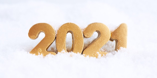 Золотые числа 2021 года на снегу.
