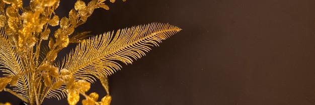 Золотые узоры на коричневом фоне