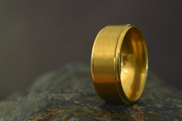 아무것도 장식하지 않는 골드 링 독특하고 고급스럽고 값 비싼 방식으로 아름다운 반지입니다.