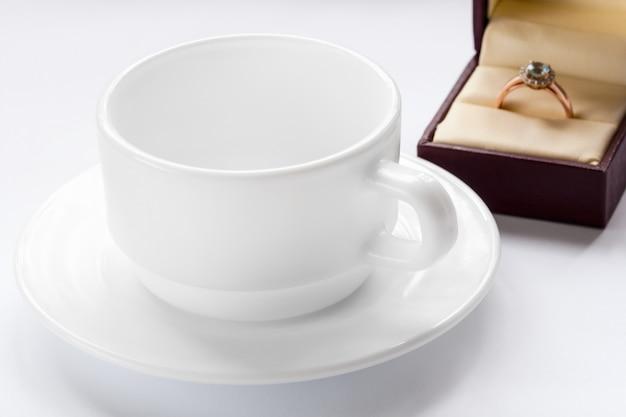 다이아몬드와 컵과 접시가 달린 금반지