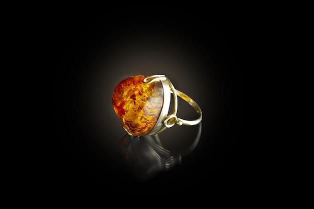黒の背景に琥珀色の金の指輪