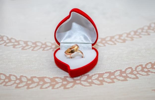 К свадебной церемонии готовят золотые кольца.