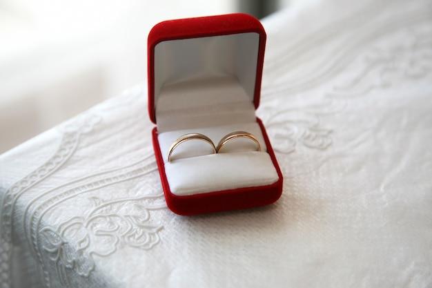 결혼식을위한 금반지는 상자에 있습니다.