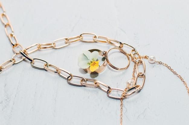 Золотые кольца с украшениями с цветком