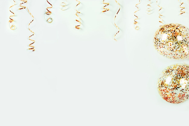 금 사 문석 휴일 훈장 및 밝은 배경에 화려한 색종이와 풍선