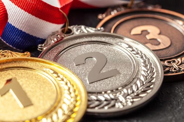 리본 골드, 실버 및 브론즈 메달. 대회에서 1, 2, 3 위를 수상하십시오. 챔피언에게 상.