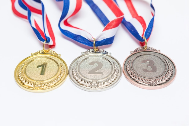 금,은 및 동메달 스포츠 업적 메달은 흰색 배경에 1 위, 2 위 및 3 위입니다. 올림픽 게임 및 스포츠 개념.