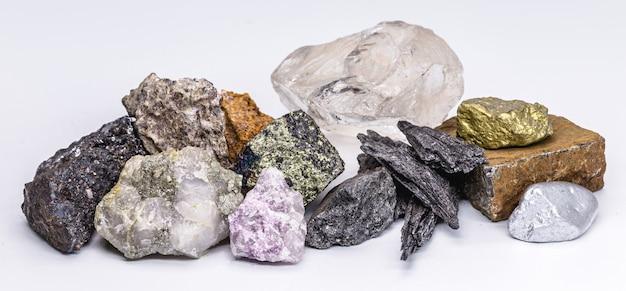 금, 은, 다이아몬드 원석, 보크사이트, 피로루사이트, 방연광, 황철광, 크롬철광, lepidolite, 황동석. 브라질, 광물학, 브라질 광물 자원에서 추출한 돌 수집