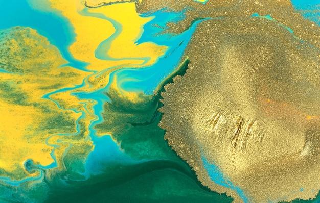 Золотое пятно на смешанной краске фона абстрактный узор