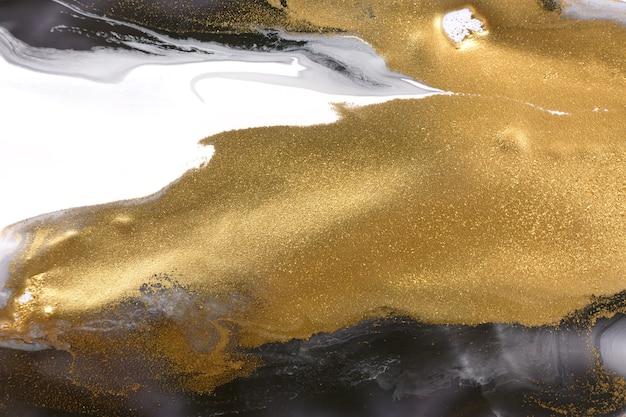 Золотые пятна на белых и черных пятнах абстрактного рисунка краски