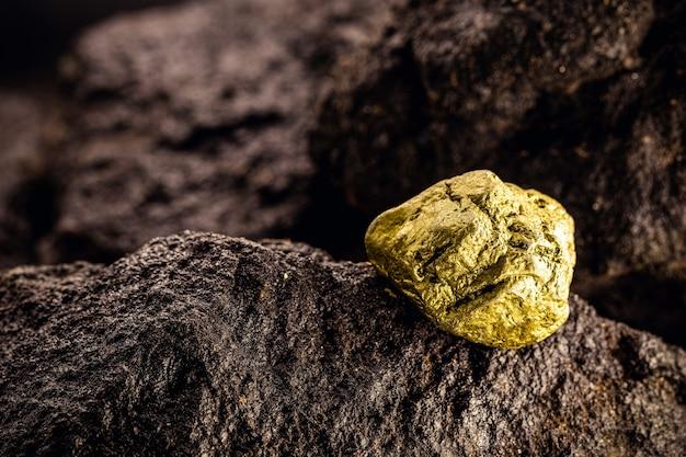 Золотой камень в шахте, добыча драгоценных камней
