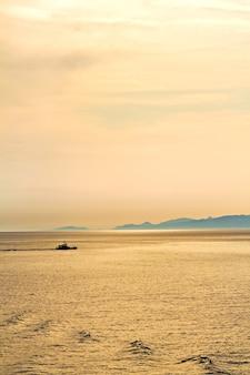 地中海に沈む黄金の夕日